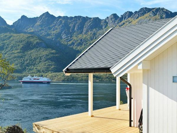Three-Bedroom Holiday home in Tengelfjord